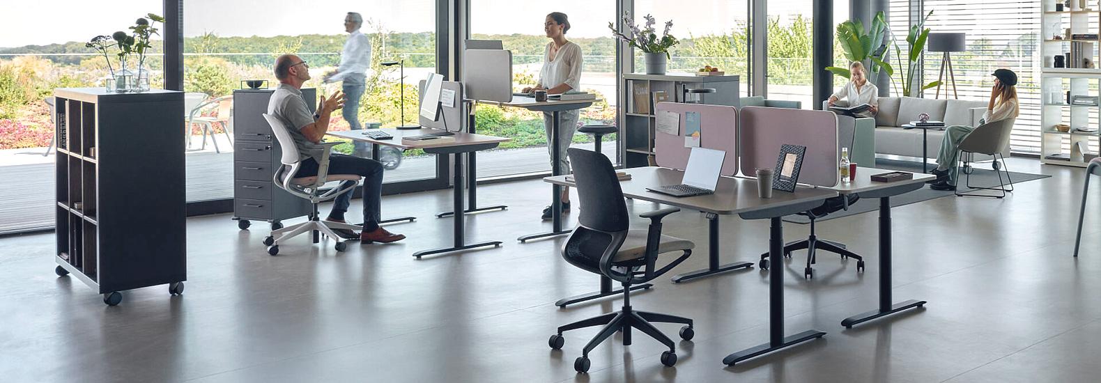Sedus se:lab e-desk hier in Kombination mit dem Drehstuhl se:motion. Konfigurieren Sie Ihren Tisch von Sedus Systems bei office & objekt 42 für Ihr individuelles Büro.